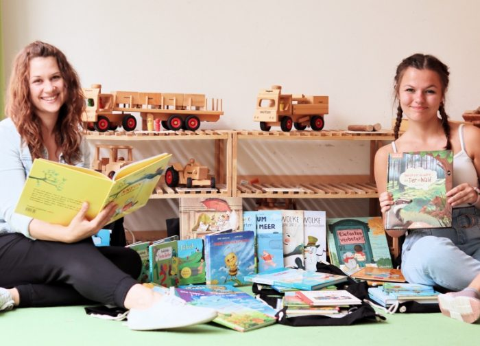 Ein ganzer Schwung Bücherrucksäcke wandert in zwei Kindergärten
